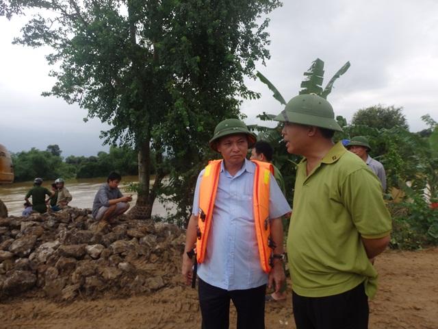 Ông Nguyễn Đức Quyền, phó chủ tịch UBND tỉnh cùng ông Ninh Quang Vinh, Giám đốc Công ty Miền Tây bàn bạc trước khi đưa máy múc vá đê