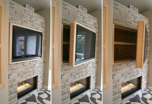 Tivi được gắn trên tường nhưng phía sau là một chiếc tủ hai ngăn để được nhiều đồ.