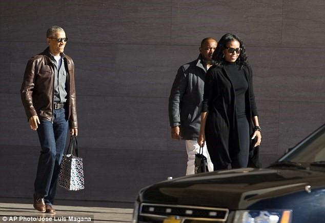 Vợ chồng ông Obama tại Bảo tàng Nghệ thuật Quốc gia Washington hôm 5/3. Ảnh: AP.