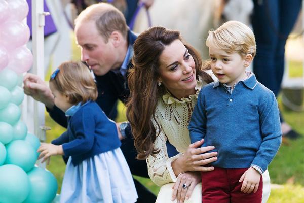 Vợ chồng Kate bên hai con, hoàng tử George và công chúa Charlotte.