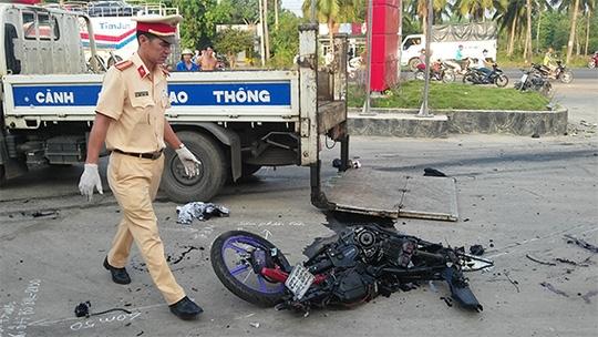 Xe máy của 2 nạn nhân bị tông vỡ nát (ảnh: BĐN)