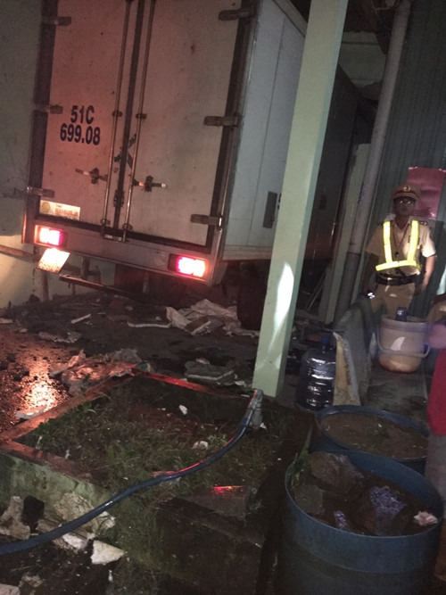 Xe tải mất lái lao vào nhà dân, tài xế nguy kịch