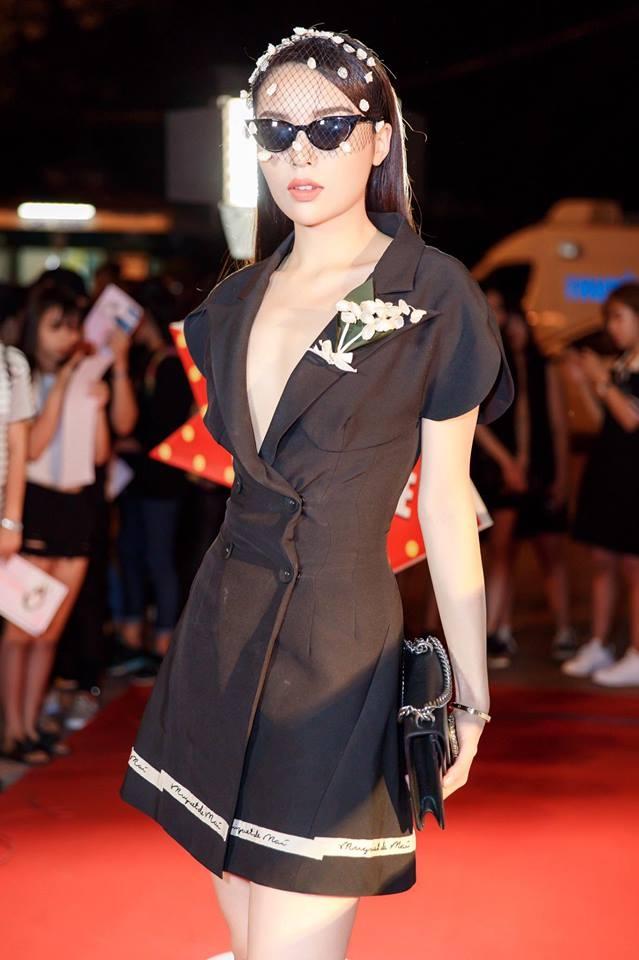 Hoa hậu Kỳ Duyên mặc đồ kết hợp với kính đen không ngại nhận là đi giải cứu thế giới và lý do bất ngờ.