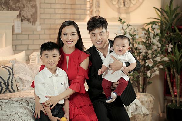 Gia đình nhỏ hạnh phúc của Ưng Hoàng Phúc. Anh kết hôn với siêu mẫu Kim Cương khi cô đã có con riêng với chồng cũ. Mặc dù vậy, nam ca sĩ vẫn rất thương yêu và chiều chuộng con trai.