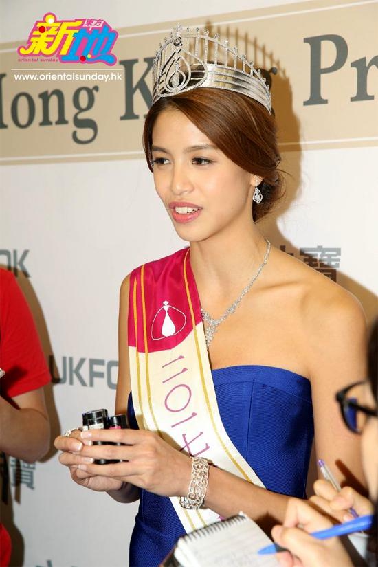 Lôi Trang Nhi gặp gỡ báo chí sau khi đăng quang.