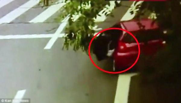 Em bé bị rơi ra khỏi xe khi mẹ rẽ phải.