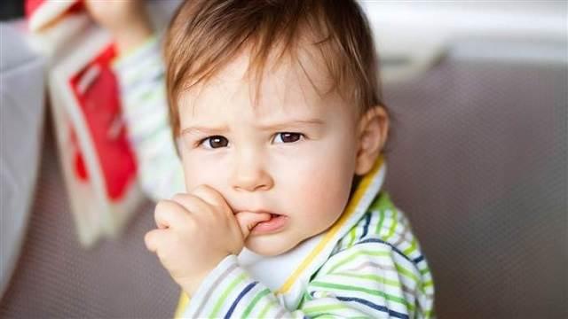 Thói quen mút ngón tay kéo dài sẽ không tốt cho hàm của trẻ. (Ảnh Internet)