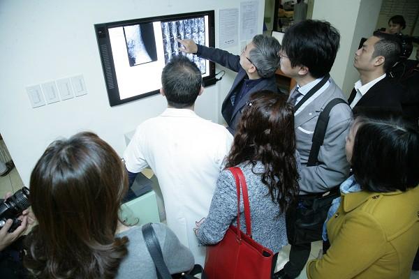 Chuyên gia BV Bạch Mai cùng chuyên gia Nhật Bản giúp thầy thuốc BVĐK tỉnh Yên Bái đọc phim Xquang.
