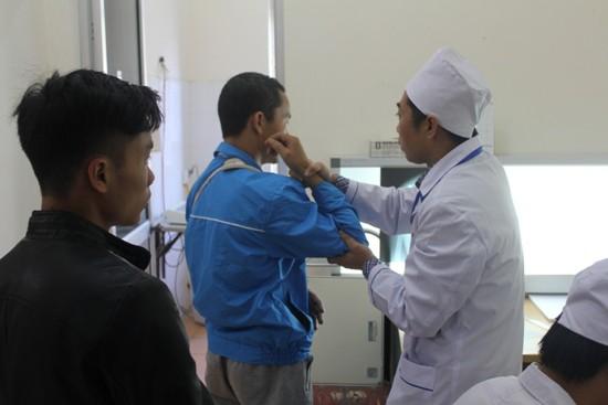 Hướng dẫn bệnh nhân tập phục hồi chức năng tại Trung tâm y tế huyện Tam Đường, Lai Châu.