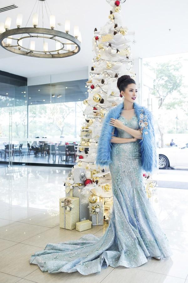 Phan Thị Mơ trang điểm rực rỡ, diện váy áo sang chảnh dự một event ở TP HCM.