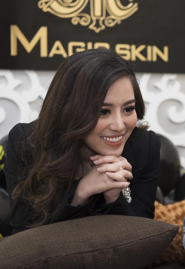CEO Đào Minh Châu hướng dẫn khán giả sử dụng Serum và Sản phẩm làm săn chắc da vùng bụng