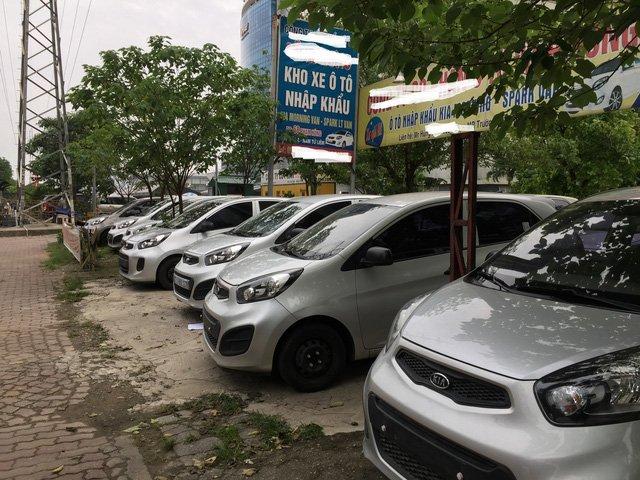 Những dòng xe cũ, giá rẻ, nhập khẩu cũng đang giảm giá rất mạnh, nhưng dù thế xe vẫn phơi nắng mưa mà ít khách hỏi mua.