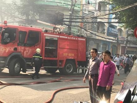Lực lượng chức năng có mặt dập lửa.