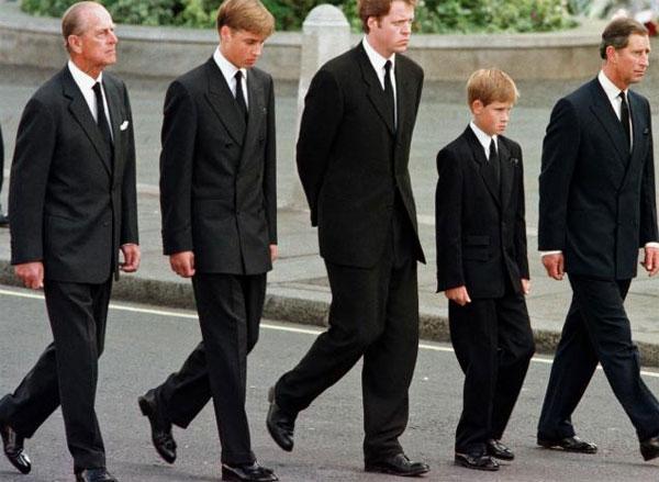 5 người đàn ông đi sau linh cữu Công nương Diana trong tang lễ. Ảnh: AFP.