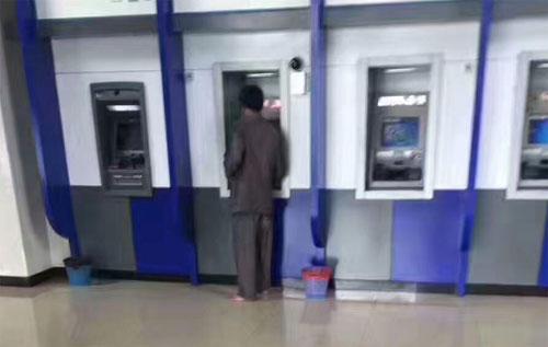 Người chủ thầu đi chân trần vì không muốn làm ảnh hưởng đến vệ sinh chung của ngân hàng.