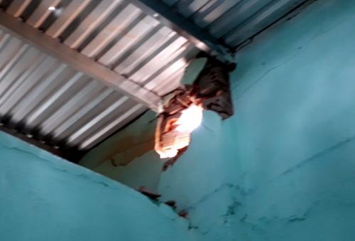 Một bức tường nhà dân khác cũng bị thủng. Ảnh: Phước Tuấn.