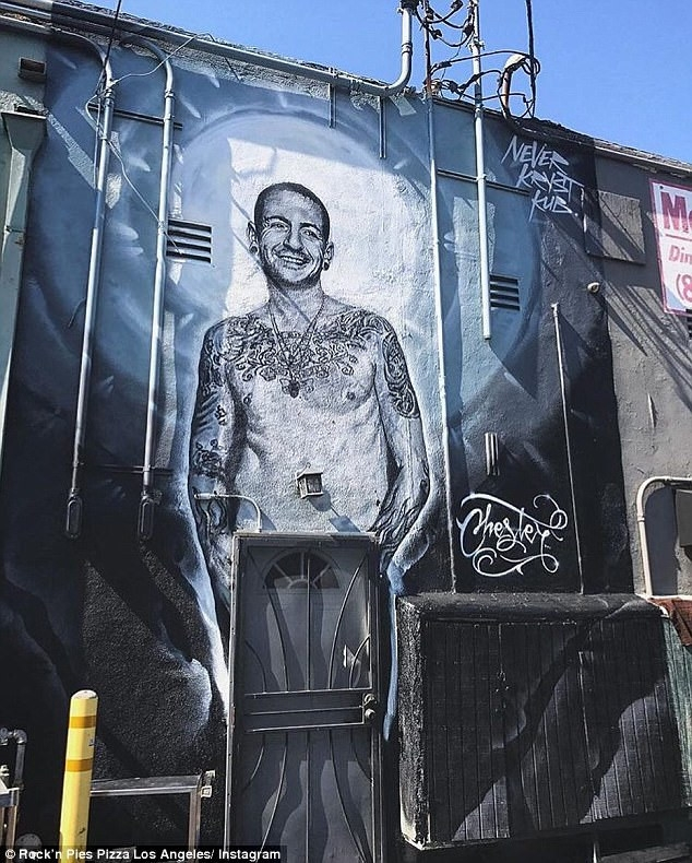 Bức tranh trên tường với hình ảnh của Chester mỉm cười trong ánh sáng được một họa sĩ vẽ để tưởng nhớ anh.