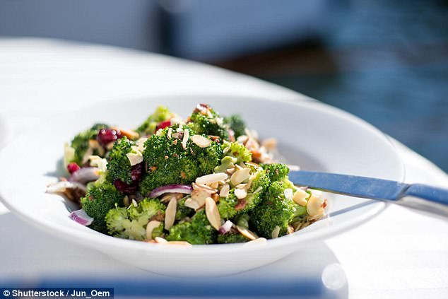 Mức magiê có thể cạn kiệt khi bạn căng thẳng kéo dài nên hãy bổ sung magiê cho cơ thể bằng cách ăn nhiều rau xanh lá.