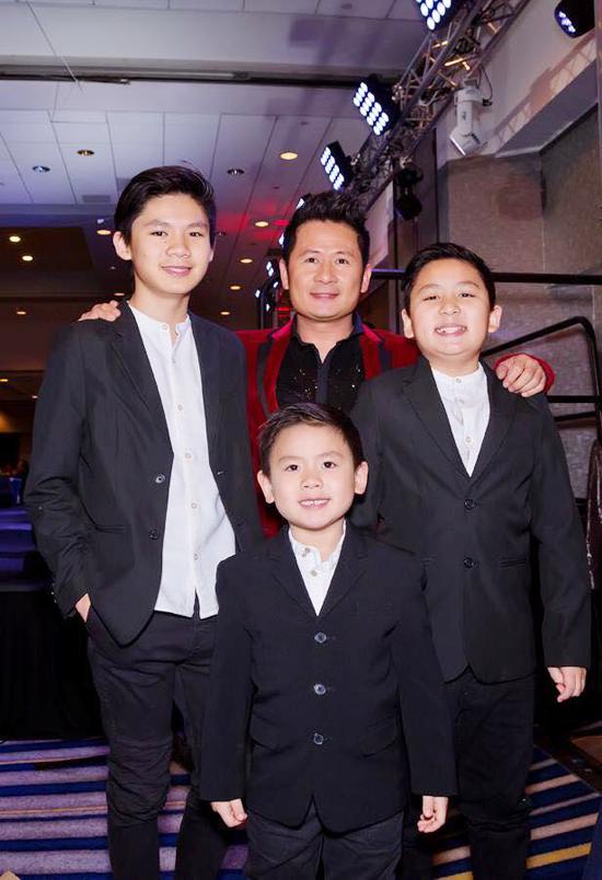 Anh tiết lộ hàng tháng anh đều chu cấp một số tiền lớn cho vợ cũ để nuôi 3 con trai.