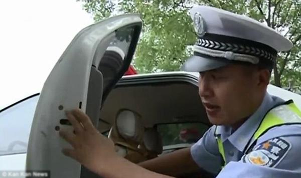 Cảnh sát Zhang Long hướng dẫn người mẹ cách chốt khóa cửa.