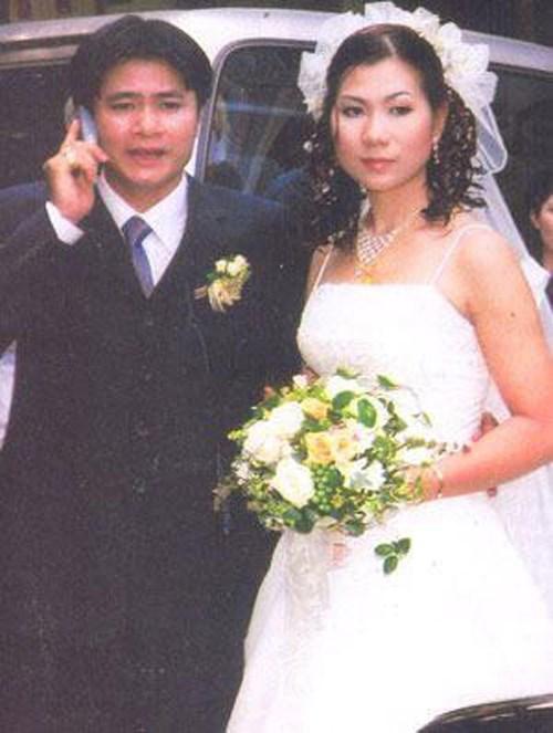 Diễn viên Tự Long và bức hình hiếm hoi với người vợ đầu tiên trong đám cưới. Là người khá kín tiếng trong cuộc sống đời tư nên thông tin anh từng có 2 đời vợ khiến nhiều khán giả bất ngờ.