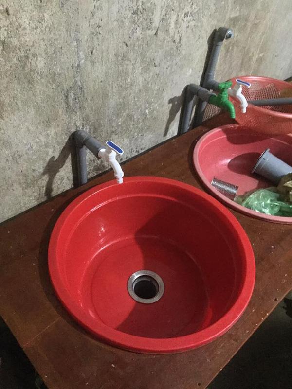 Chiếc bàn bếp kèm bồn rửa được làm từ những nguyên liệu sẵn có trong nhà, vừa đẹp lại vừa tiện dụng, khiến bao chị em xuýt xoa khen ngợi.