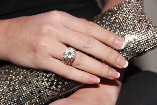 Hồi năm 2013, Lâm Khánh Chi xuất hiện tại chương trình Bước nhảy hoàn vũ khiến mọi người không thể rời mắt khỏi chiếc nhẫn kim cương lấp lánh trên tay cô. Trị giá của nó là 7 tỷ đồng, được bố mẹ nữ ca sĩ yêu tặng.