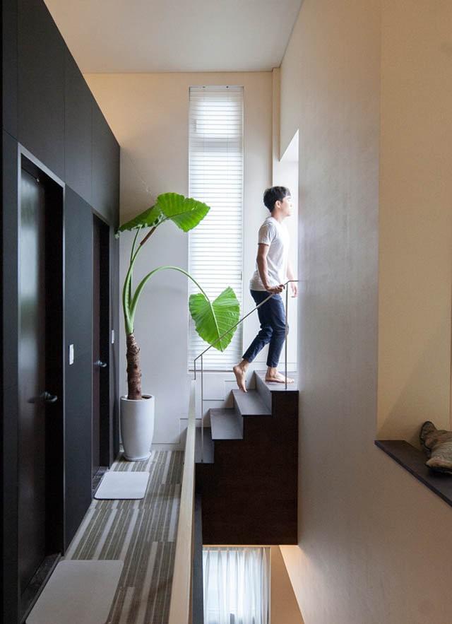 Tầng thượng là khu vực thư giãn, một ban công nhỏ được bố trí ở đây trở thành nơi tắm nắng lý tưởng.