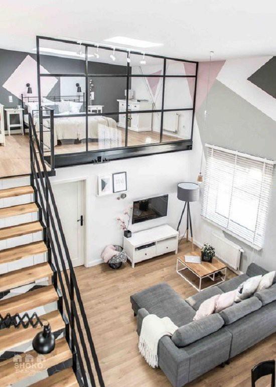 Màu sắc chủ đạo là đen trắng nhưng không gây nhàm chán, thiết kế kính chắn trên tầng lửng lại rất an toàn với các gia đình có trẻ nhỏ.