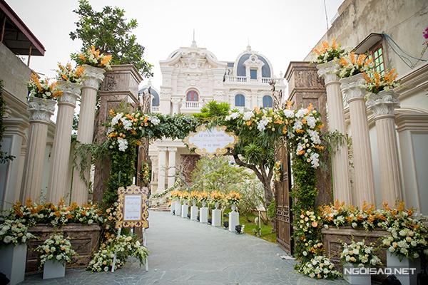 Với toà lâu đài được xây theo kiến trúc châu Âu, đôi uyên ương đã chọn style trang trí tinh tế, thanh lịch với tông vàng kem và hồng pastel chủ đạo.