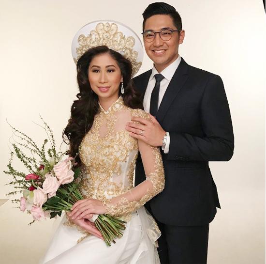 Trong tiệc cưới tại TP HCM, Stephanie Nguyễn diện áo dài truyền thống thay vì chọn váy cưới lộng lẫy như ở Phillippines. Hôm 4/1, vợ chồng cô đã có hôn lễ xa hoa ở Manila với sự hiện diện của đông đủ gia đình, bạn bè thân thiết.