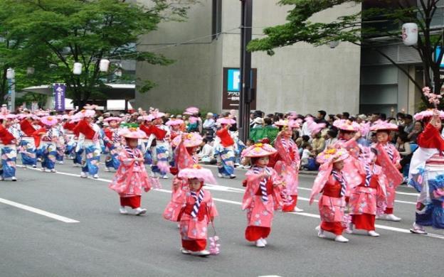 Lễ hội, hội thao là nơi con phô diễn sức khỏe và tinh thần đồng đội, kỷ luật