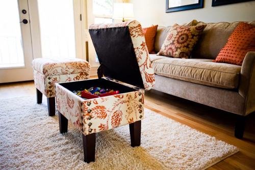 Chiếc ghế giữa phòng khách lại là một hộp để đồ thoải mái và kín đáo mà không cần dùng khóa.