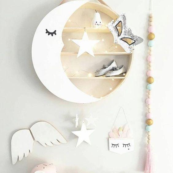 Thiết kế kệ tròn vô cùng đáng yêu này sử dụng chất liệu gỗ với các hình trang trí trăng sao đẹp mắt.