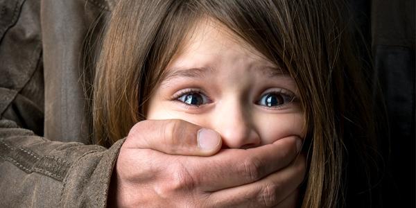 Tuyệt đối không nên để trẻ ở một mình nếu không muốn trẻ là nạn nhân của những vụ bắt cóc (Ảnh minh họa).