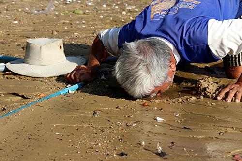 Người dân chỉ cần chờ nước ròng bãi biển trơ cát, đào lỗ sẽ có nước ngọt. Ảnh: Xuân Ngọc.
