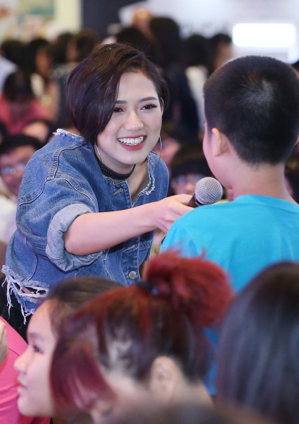 Trên màn ảnh Trang Cherry rất đanh đá, khó chịu nhưng ngoài đời cô hiền lành, thân thiện khiến khán giả bất ngờ. Cô vui vẻ giao lưu cùng người hâm mộ trong lễ hội.