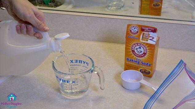 Trộn hỗn hợp trong một cốc nước.