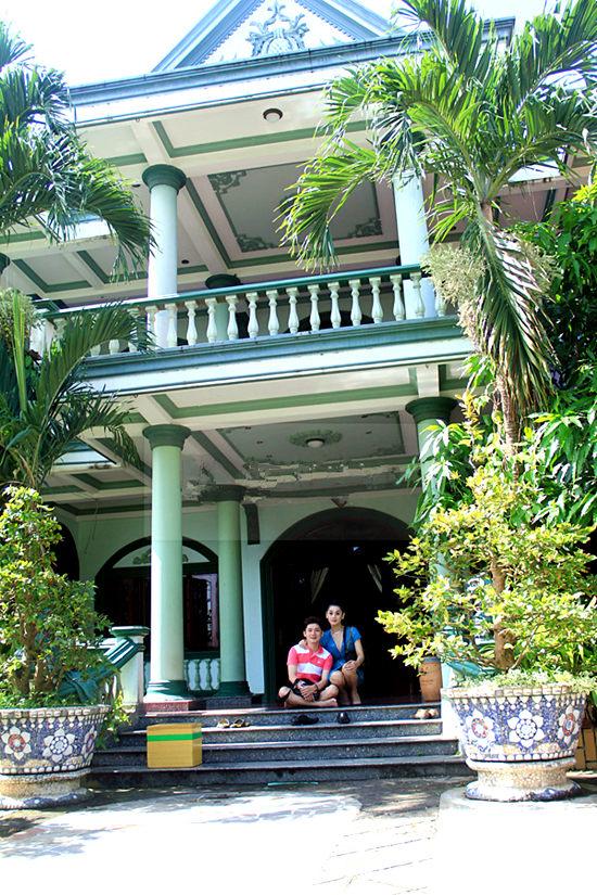Biệt thự vườn gia đình nữ ca sĩ là một trong những căn nhà lớn nhất quận 9 (Tp.HCM) với diện tích 5.000 m2. Hiện tại, dù có nhà riêng ở quận 4 nhưng Lâm Khánh Chi vẫn thường về thăm bố mẹ.