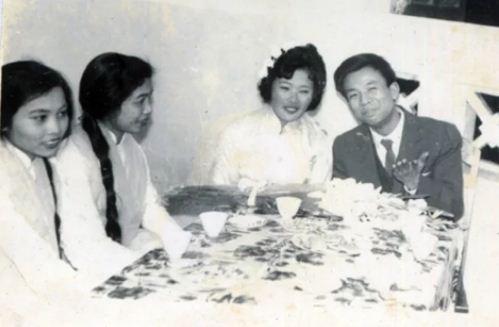 Nụ cười hạnh phúc trong ngày cưới của cố nghệ sĩ Văn Hiệp và vợ.