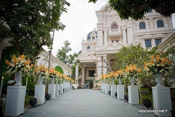 10.000 bông hồng Ecuador nhập khẩu, 1.000 cành hoa lan, 100 kg hoa baby, 200 kg lá cùng hơn 10 loại hoa tươi khác được sử dụng để trang hoàng cho lễ thành hôn. Toàn bộ phụ kiện trang trí được thiết kế riêng, phục vụ riêng cho ngày trọng đại của Thanh Tùng - Ngọc Trâm.