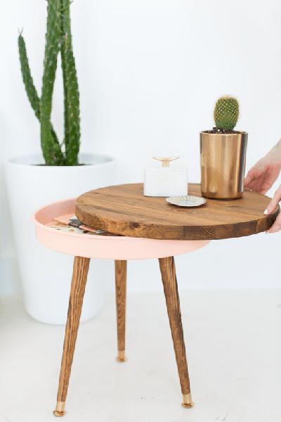 Thiết kế mỏng thanh thoát của chiếc bàn trà khiến ít ai ngờ đây là nơi có thể cất nhiều loại giấy tờ quan trọng.