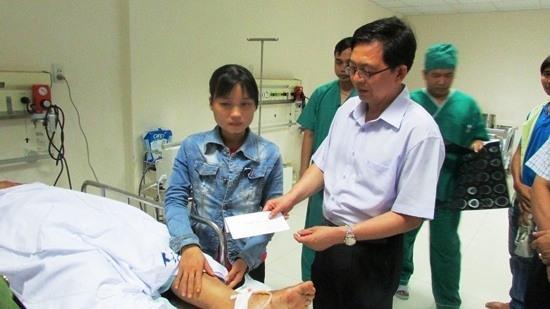 Ông Hồ Quốc Dũng, Chủ tịch UBND tỉnh Bình Định thăm hỏi và hỗ trợ 2 nạn nhân đang điều trị tại bệnh viện (Ảnh: Kiều Anh - Báo Bình Định)