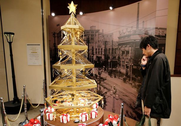 Một cây Noel khác trị giá 1,8 triệu USD được tạo nên từ những sợi vàng cũng thu hút sự chú ý của dư luận Nhật Bản vào năm ngoái