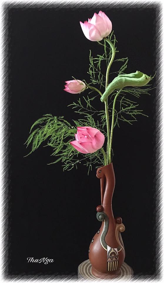 Cắm hoa bình cao là cả một nghệ thuật, đòi hỏi người cắm phải có cái nhìn sáng tạo, mắt thẩm mỹ nhưng vẫn theo một số quy tắc nhất định.