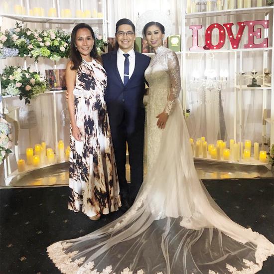 Trong tiệc cưới tối qua, đôi uyên ương cười không ngớt khi đón tiếp các vị khách.