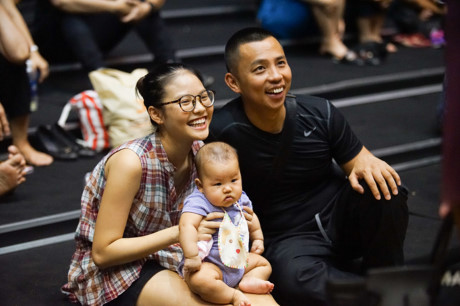 Hình ảnh Chí Anh mang vợ con đến sàn tập nước rút cho liveshow của Khánh Thi khiến người hâm mộ lặng người.