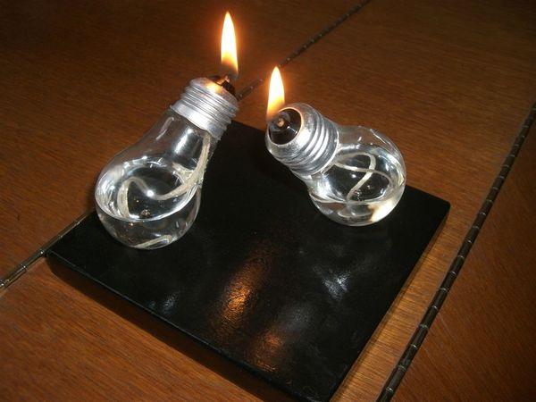 Nếu bạn cần không gian lãng mạn hơn, hãy sử dụng ánh sáng nến từ những... bóng đèn nhé!