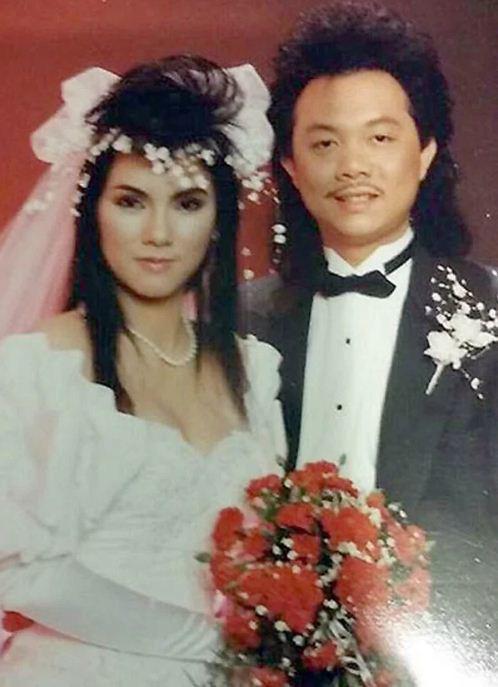 Diễn viên hài Chí Tài và vợ kết hôn vào năm 1987. Không khó để nhận ra mái tóc đặc trưng của nam nghệ sĩ được lấy cảm hứng từ các tài tử Hong Kong thời đó.