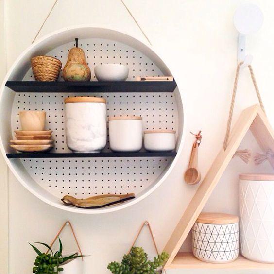 Sở hữu chiếc kệ đáng yêu này trong nhà bếp sẽ giúp bạn lưu trữ các loại gia vị hay các vật dụng nhỏ khác.
